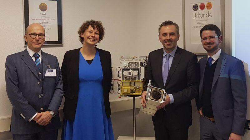 Im Gespräch vor dem Kleinsatelliten TET-1 Dr. Sebastian Scheiding, Thomas Jarzombek (MdB), Dr. Juliane Haupt und Maik Hartmann (v.r.n.l.)